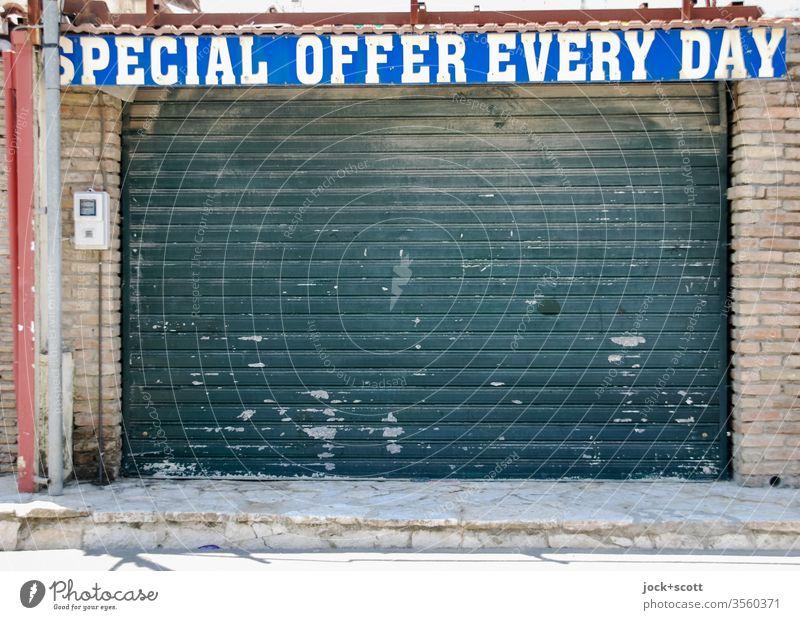 wörtlich genommen | Aha! spezielles Angebot jeden Tag Souvenirladen Rollladen Englisch Typographie Großbuchstaben Wort Zahn der Zeit Handel Wandel & Veränderung