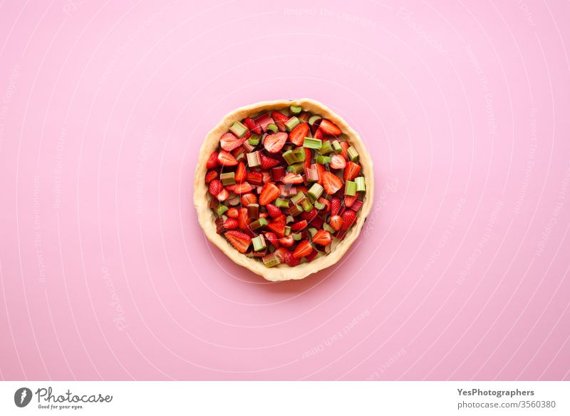 Hausgemachte Tortenherstellung. Erdbeer-Rhabarber-Kuchen. obere Ansicht backen Bäckerei Kuchen backen geschnittene Früchte Kruste Küche Dessert Teigwaren