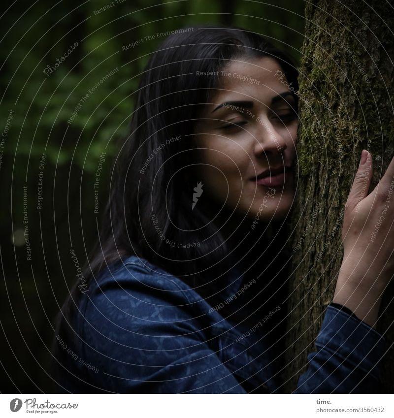 Kraftquelle frau jacke feminin weiblich dunkelhaarig gesicht geschlossene augen langhaarig schutz inspiration träumen anlehnen kraft baum baumrinde baumstamm
