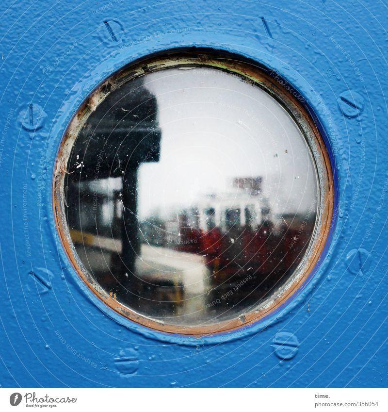 Doppeldeutigkeiten | Heimathafen blau Stadt Fenster dunkel Wasserfahrzeug Wohnung Häusliches Leben Metall ästhetisch Glas authentisch Perspektive Hamburg Schutz