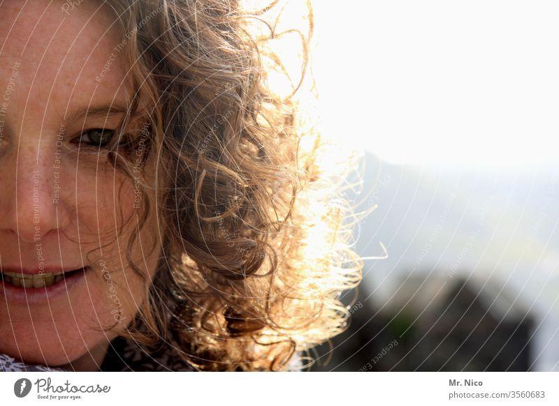 Goldenes Haar feminin Gesicht Warmherzigkeit Hälfte Gesichtsausschnitt natürlich Sommersprossen Locken Lächeln Zufriedenheit Glück Optimismus Sympathie