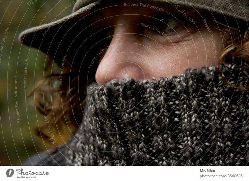Nasenspitze Mundschutz Gesicht Auge Schal Rollkragenpullover Mütze Accessoire Porträt Haare & Frisuren feminin Erwachsene Kopf Kälte Bekleidung verstecken