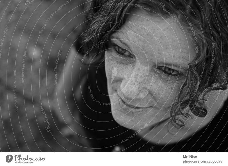 Sommersprossen Porträt attraktiv Haut Ausstrahlung authentisch Gesicht Haare & Frisuren Sympathie sympathisch natürlich schön Lächeln Wohlgefühl nachdenklich