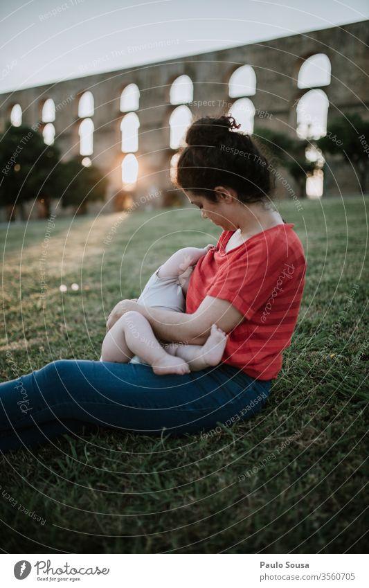 Mutter im Freien stillen Mutterschaft Krankenpflege Familie & Verwandtschaft Liebe Frau Baby Kind Kaukasier Weiblichkeit feminin Eltern Kindheit schön Glück