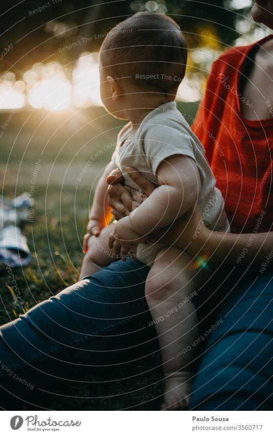 Baby mit Mutter beim Blick auf den Sonnenuntergang Säuglingsalter Mutterschaft Neugier unschuldig Kind niedlich Lifestyle schön Kindheit Kaukasier klein