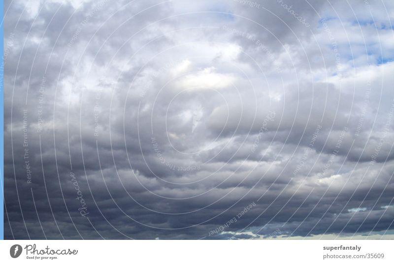 wolkenspiel Wolken Regenwolken dunkel schlechtes Wetter grau Himmel blau