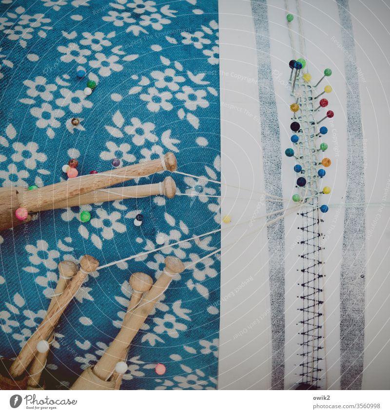 Wie am Schnürchen Handarbeit Hobby Freizeit & Hobby Klöppeln Muster Klöppelmuster Fäden Werkzeug Holz Textilien Nadeln Basteln Farbfoto Nähen Handwerk blau
