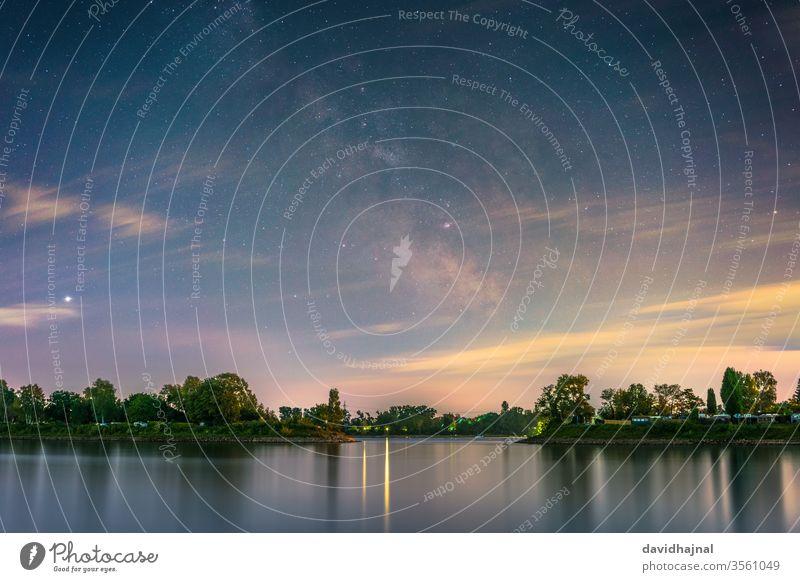 Das galaktische Zentrum vom Rheinufer bei Mannheim aus fotografiert. Fluss Wasser Ufer Lido Camping blau Wahrzeichen Stein Weltall Raum Strand Nacht Himmel