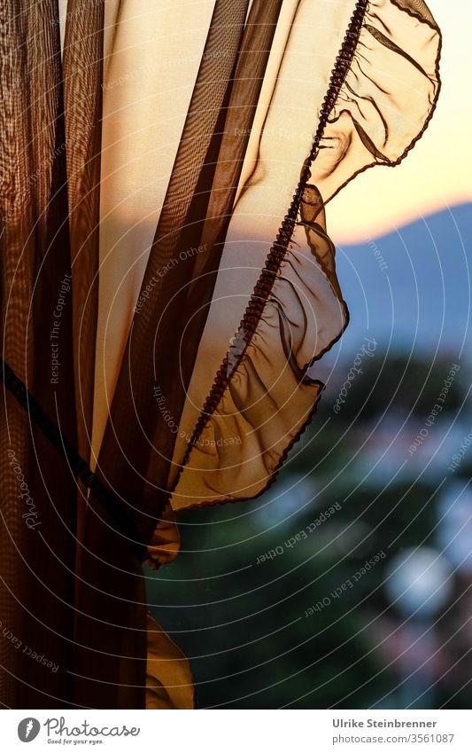 Den Sonnenuntergang hinter einer Gardine betrachten Vorhang Tüll Rüschen Abendlicht Fenster Ausblick zu Hause Blick nach draußen Abendstimmung melancholisch