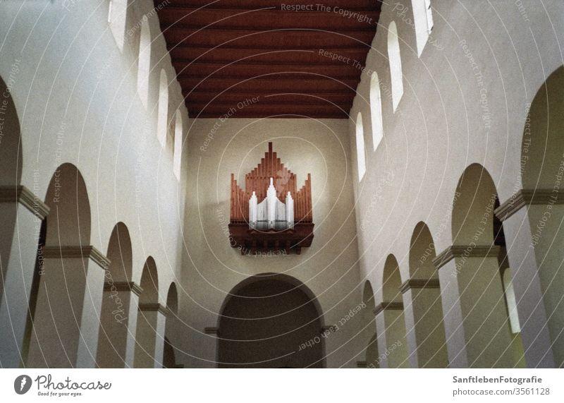 Kircheninneres Organ Kirchenschiff Zentralperspektive Romanik Romanisch Kirchenraum Licht architektonische Details Architektur und Gebäude Glaube Gebet