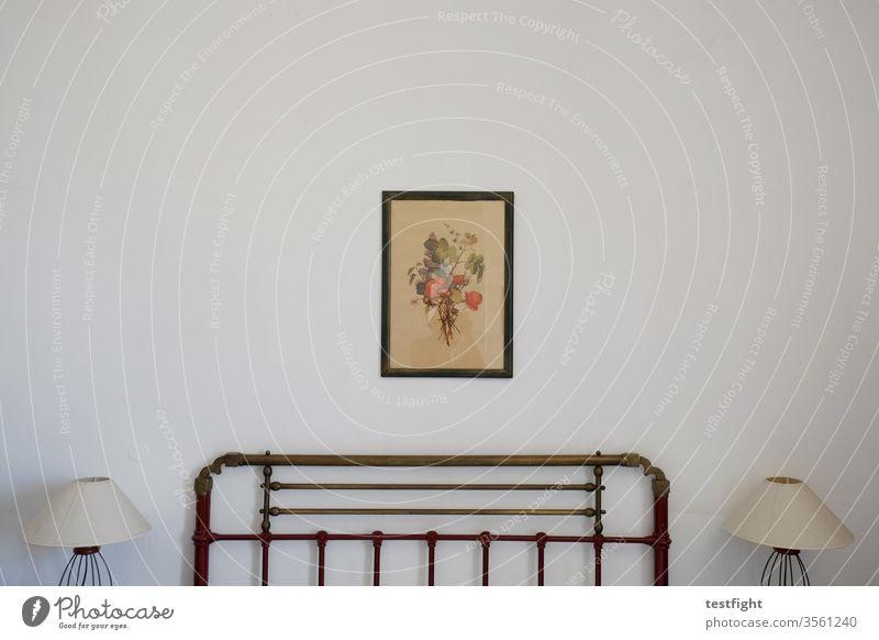 Hotelzimmer Zimmer Bett Lampen Wand Bild Kunst Zeichnung weiß karg kühl minimalistisch Bettgestell
