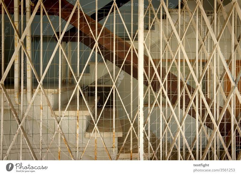 Treppe alt schutzgitter verriegelung Metall Rost Gebäude Architektur Beton Geländer Schutz abschottung