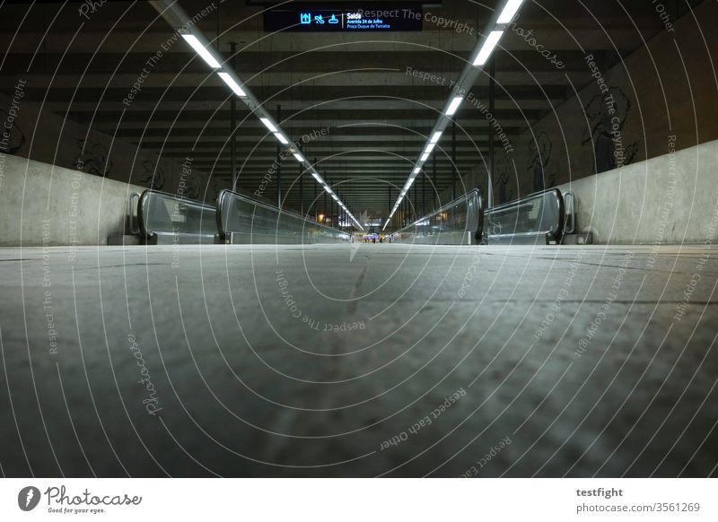 U-Bahnstation Rollbahn Beförderung Nahverkehr Transport Großstadt Verkehr Gang Dunkel tief Licht Kunstlicht weit fern lang Weg Boden Beton Bau Bauwerk urban