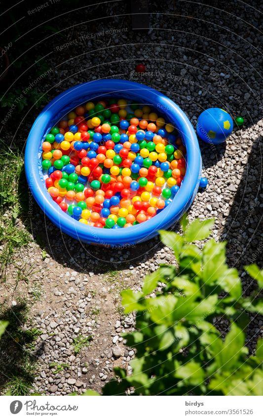 Bällchenbad. Viele bunte Bälle in einem Planschbecken für Kinder Kindheit Spielen viele Schwimmbad Sommer vielfarbig Bällebad trocken rund Spielzeug Ball Garten