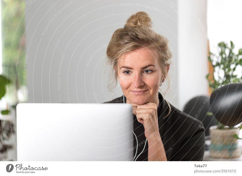 #Home Office Frau #2 Homeoffice home blond Junge Frau Arbeitsplatz Arbeit & Erwerbstätigkeit laptop Meeting Internet hübsch