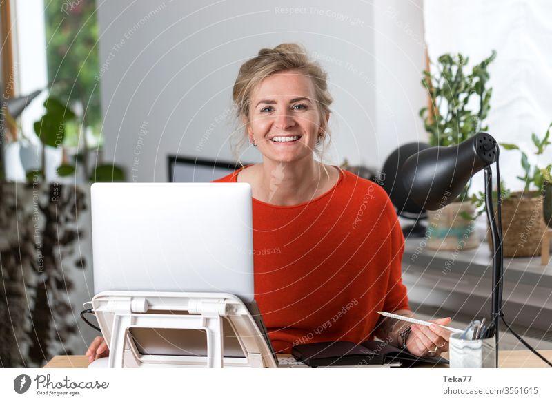#Home Office Frau #1 Homeoffice home blond laptop Kabel schöne frau Dame Junge Frau rot Lächeln