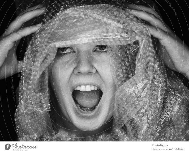 Hysterische, schreiende Frau Erwachsene Angstschrei Kopf Plastiktüte Hilferuf weiß schwarz Monochrome Schrei Schwarzweißfoto Auge 1 Mensch Lippen Nase Porträt