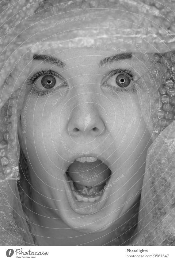 Junge Frau überrascht oder erschrocken? schreien 18-30 Jahre Innenaufnahme Angst Panik Augen große Augen Zähne Mund offener mund Gesicht Porträt Nase Lippen