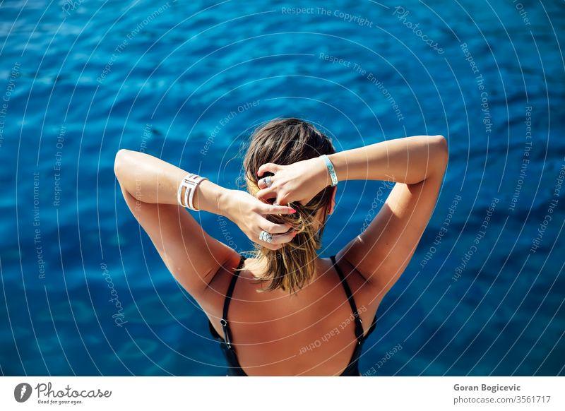 Junge Frau entspannt sich an einem sonnigen Tag auf der Yacht auf See Erwachsener allein attraktiv schön blau Holzplatte Boot Windstille Kaukasier Kreuzfahrt