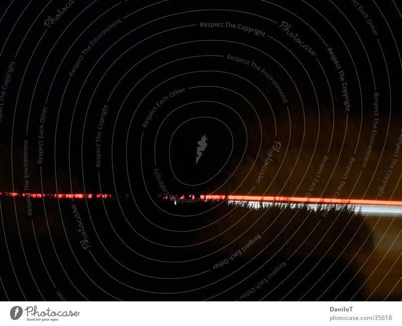 2Fast Überbelichtung rot weiß dunkel Licht Langzeitbelichtung PKW fast motion Abend