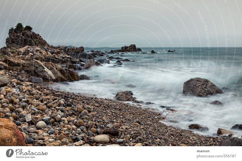 Urlaubswetter Natur Landschaft Himmel schlechtes Wetter Felsen Küste Strand Bucht Meer Kieselstrand Fernweh Farbfoto Gedeckte Farben Außenaufnahme