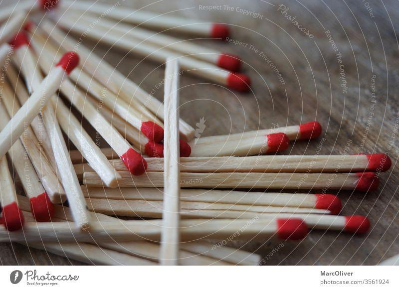 Rote Streichhölzer rote Streichhölzer Streichholz Feuer Holz Streichholzschachtel hölzern brennbar Gefahr erwärmen Makro anzünden Licht Brennholz Konsistenzen