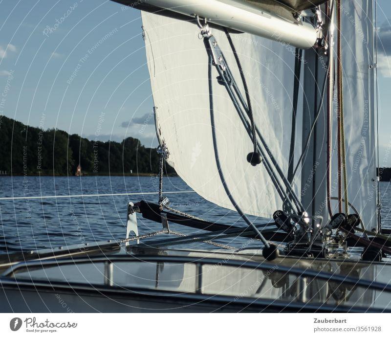 Segelboot, Mast, Großbaum und Fock, fährt auf dem Tegeler See in Berlin bei leichter Brise Boot Baumniederholer Selbstwendefock Laufendes Gut Segeln Himmel Wind
