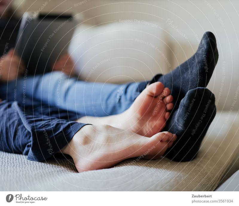 Kinderfüße, barfuß und mit Socken, liegen auf dem Sofa Fuß Füße Beine spielen lesen Kindheit Freundschaft Zweisamkeit Miteinander gemeinsam Zusammensein Zehen