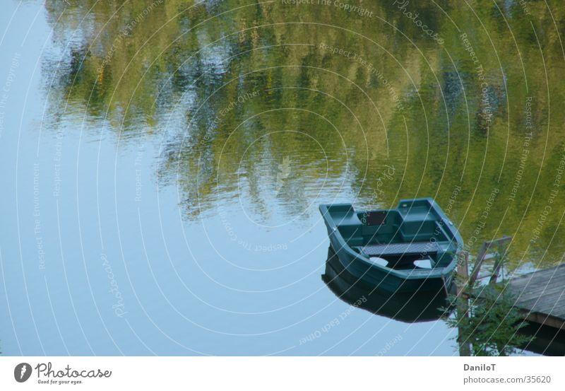 Wasserspiegelung Reflexion & Spiegelung Baum Wasserfahrzeug Steg ruhig