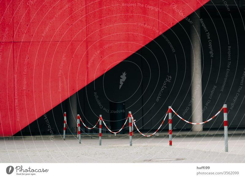 Absperrung vor Messehalle in rot weiss rot-weiß Kette Barriere Verbote Schutz Sicherheit Strukturen & Formen Schilder & Markierungen Zaun Linie