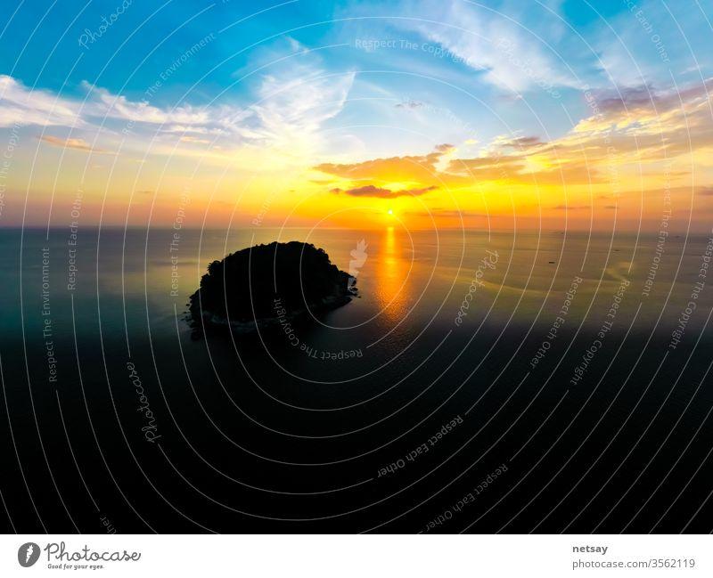 Tourismus beim Beobachten des schönen Meeres mit Sonnenuntergangsszene. Luftaufnahme Szene MEER zuschauend Pool blau Hintergrund Ansicht Stein Himmel Feiertag