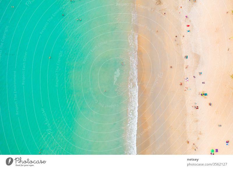 Kata Beach, Paradiesstrand mit goldenem Sand, kristallklarem Wasser und Palmen, Gebiet Patong auf der Insel Phuket, tropisches Reiseziel, Thailand. Luftaufnahme