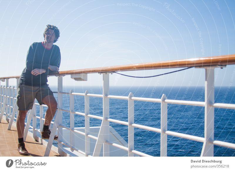 Auf großer Fahrt Mensch Jugendliche Ferien & Urlaub & Reisen blau Wasser weiß Sommer Meer Erholung ruhig schwarz Erwachsene Ferne Junger Mann Wärme Leben