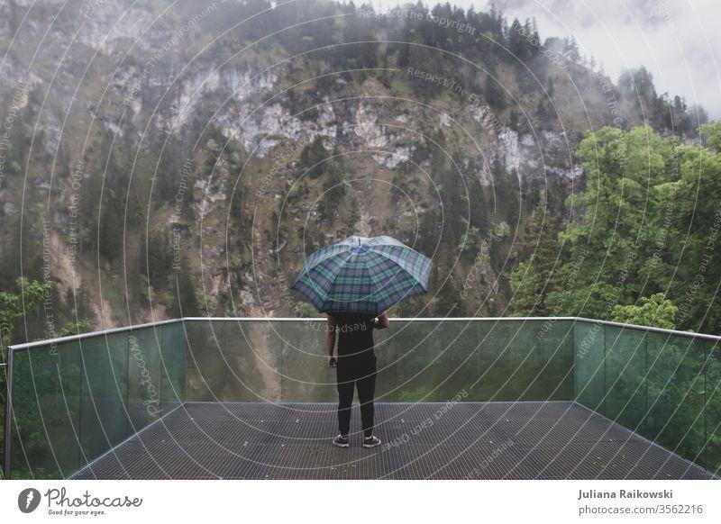 Mann mit Regenschirm vor Bergpanorama Berge u. Gebirge Mensch Einsamkeit ruhig Alpen Landschaft Panorama (Aussicht) Traurigkeit düster Nebel wandern