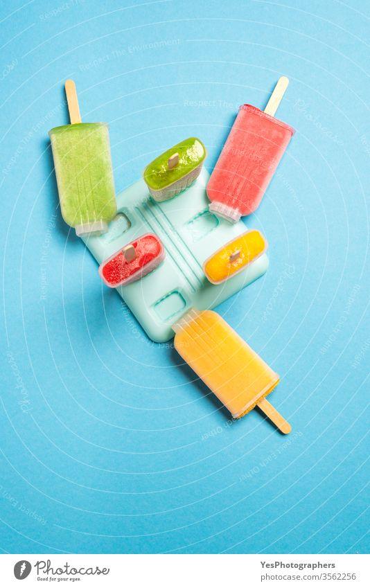 Eis am Stiel hausgemacht mit Früchten, Ansicht von oben Blauer Hintergrund farbenfroh lecker Dessert Entzug Diät Vielfalt flache Verlegung Geschmack