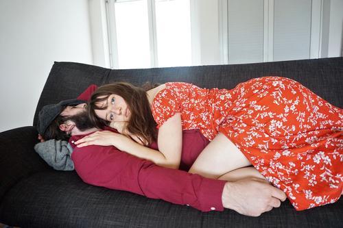Das schlafende Model Mann Frau Sofa liegen Blick in die Kamera müde unmotiviert Pause Gegensätze Erholung ruhig Kuscheln Geborgenheit Zusammensein Zufriedenheit