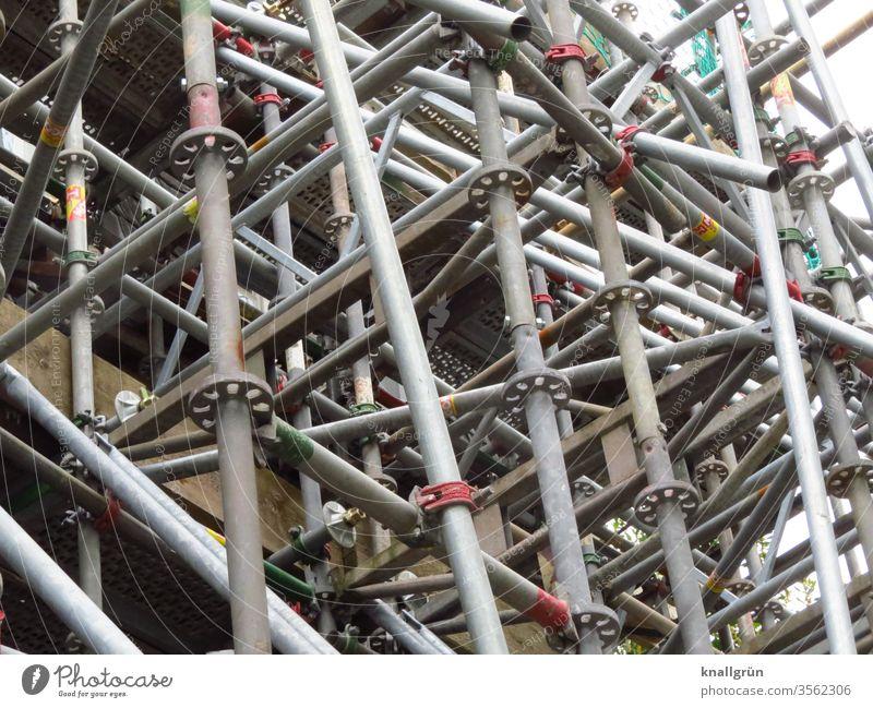 Baugerüst Metall Baustelle silber Verstrebung Verbindung wirrwar Metallrohr Muster dicht Gerüst Arbeitsplatz Farbfoto Menschenleer Gedeckte Farben