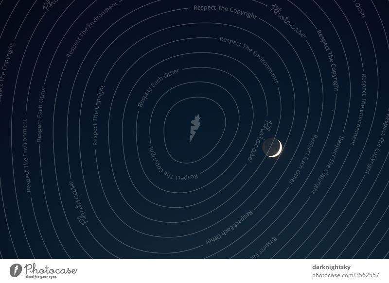 Mond Sichel am späten Abend Schein Mondsichel Himmel Nacht dunkel blau Mondschein Himmelskörper & Weltall Sichelmond Stille Ruhe ruhiger wolkenfrei