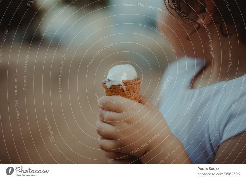 Kind hält Eiscreme Speiseeis gelato Sommer Eiswaffel Farbfoto Eiskugel Dessert Essen Lebensmittel Waffel Bonbon süß Ernährung lecker Textfreiraum oben