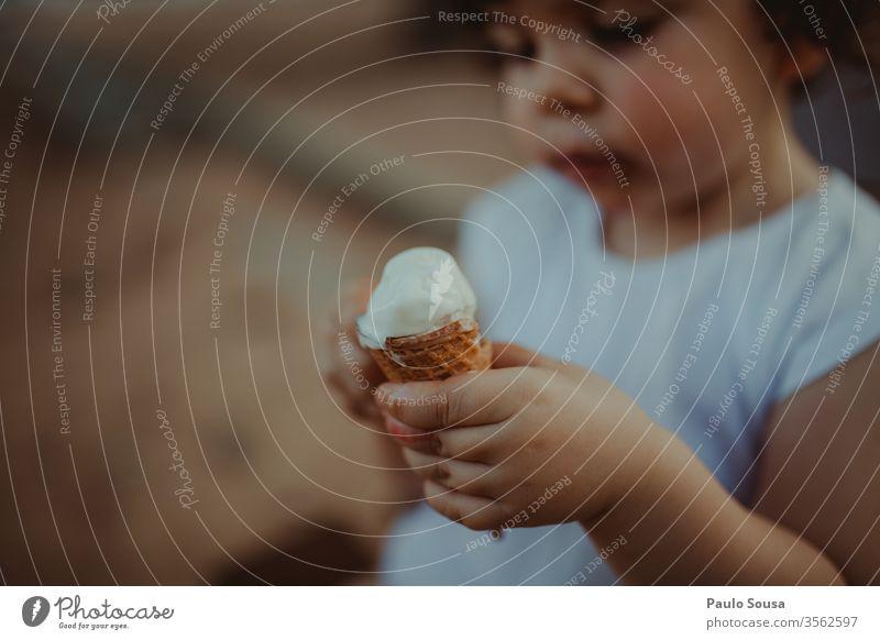 Kind hält Eiscreme Speiseeis Eiswaffel Sommer Ernährung Bonbon genießen Eiskugel Dessert Waffel Lebensmittel lecker Farbfoto Essen Eisdiele Erfrischung