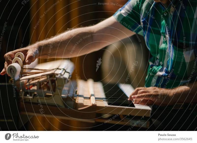 Klavierstimmer mit Klavierbefestigung Pianist Tuner fixieren Musik Keyboard Musiker Klavier spielen Konzert Spielen Innenaufnahme Hand Farbfoto Finger