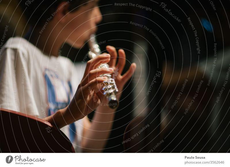 Flöte spielendes Kind Flötenspieler Musik Farbfoto Mensch Musiker Innenaufnahme Tag Musikinstrument Nahaufnahme Detailaufnahme Saite Spielen Hand Konzert Kunst