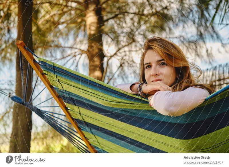 Entspannte Frau in Hängematte im Sonnenuntergang sich[Akk] entspannen Windstille Lügen Hof genießen Sommer Feiertag Urlaub Wochenende lässig Outfit Dame ruhen