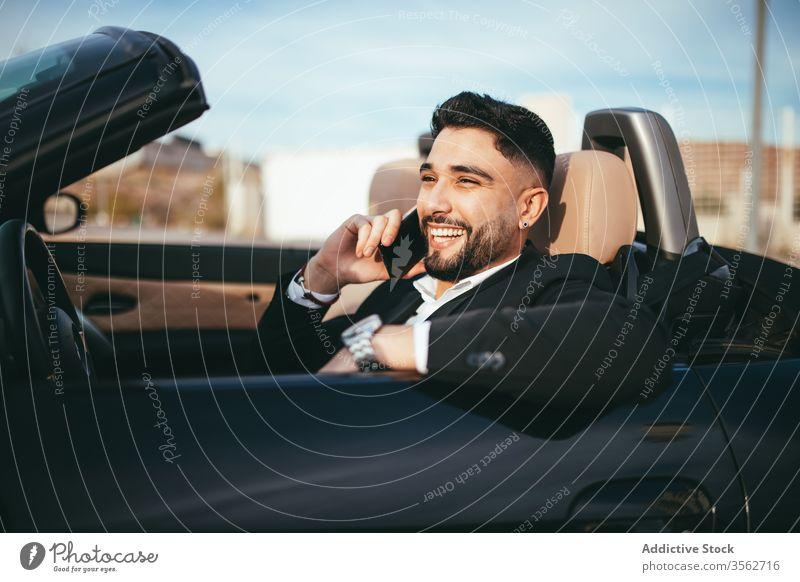 Attraktiver Geschäftsmann mit Cabriolet, der mit dem Handy telefoniert Automobil Person Menschen jung Fahrer PKW Verkehr Fahrzeug Business Laufwerk Mode Telefon