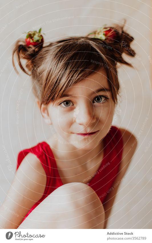 Süßes Mädchen mit Erdbeeren im Haar Haarknoten Lächeln Konzept niedlich Gesundheit frisch heiter süß Kind Glück Lebensmittel natürlich Kindheit Freude Frau