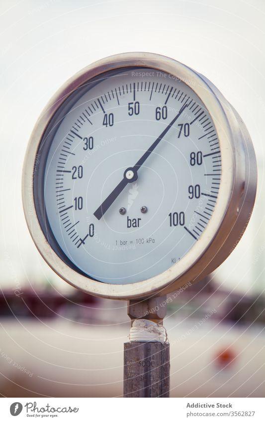 Metallmanometer in Rohrleitung im Werk Druck Messgerät Manometer Gas Pipeline Pflanze Röhren Fabrik zeigen industriell Gegend System messen Station Kraft