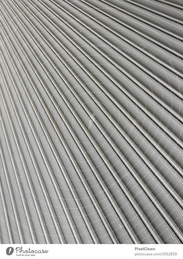 Garagentor aus einer untypischen Perspektive Farbfoto Menschenleer Tor grau Einfahrt