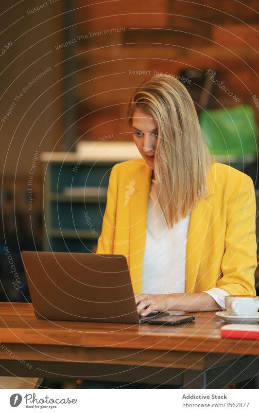 Nachdenkliche Geschäftsfrau arbeitet am Laptop Frau Büro besinnlich Mitteilung Arbeit benutzend Unternehmer online Mitarbeiter Computer positiv Manager