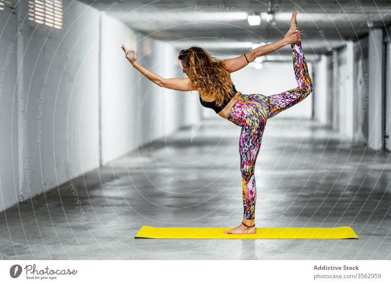 Erfahrene Frau, die fortgeschrittene Yoga-Asanas praktiziert üben Herr des Tanzes Pose Garage positionieren beweglich Natarajasana Herausforderung Gleichgewicht