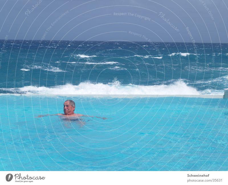 Swimmingpool Mann Ferien & Urlaub & Reisen Meer Ferne Erholung Horizont Schwimmen & Baden Wellness Schwimmbad einzeln türkis Brandung Sommerurlaub